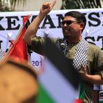 Nasir Djamil, anggota DPR-RI Aceh berorasi mengutuk kebiadaban Israel (Foto M Iqbal/SeputarAceh.com)