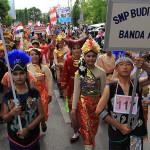 Peserta pawai memakai pakaian adat di nusantara (Foto M Iqbal/SeputarAceh.com)
