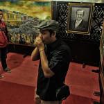 Sejumlah pengunjung melihat sejumlah karya seni lukis di HKD Aceh 2014 (Foto M Iqbal/SeputarAceh.com)