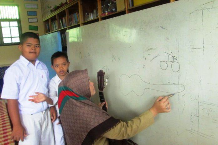 Bimbingan anak ABK dalam ruang Sumber Belajar (IST)