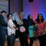 Romi Cahyadi (Kiri) dan Prof Tom Kosnik (Tengah) berfoto bersama Masyarakat Wirausaha Sosial di Seminar Wirausaha Sosial UnLtd Indonesia. (IST)