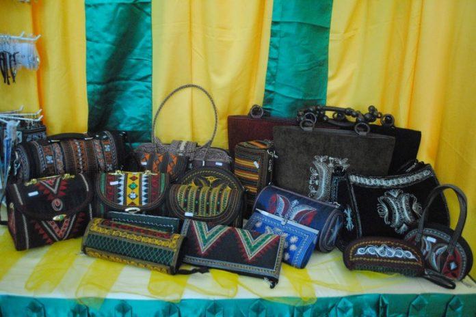 Tas khas Aceh sebagai souvenir dan oleh-oleh dari Aceh (Foto http://souvenirtradisionalaceh.blogspot.com)