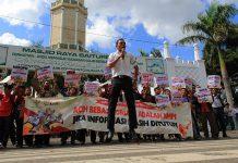 Aksi orasi Hari Anti Korupsi Internasional (HAKI) di depan Masjid Raya Baiturrahman, Banda Aceh. (Foto SeputarAceh.com/M Iqbal)