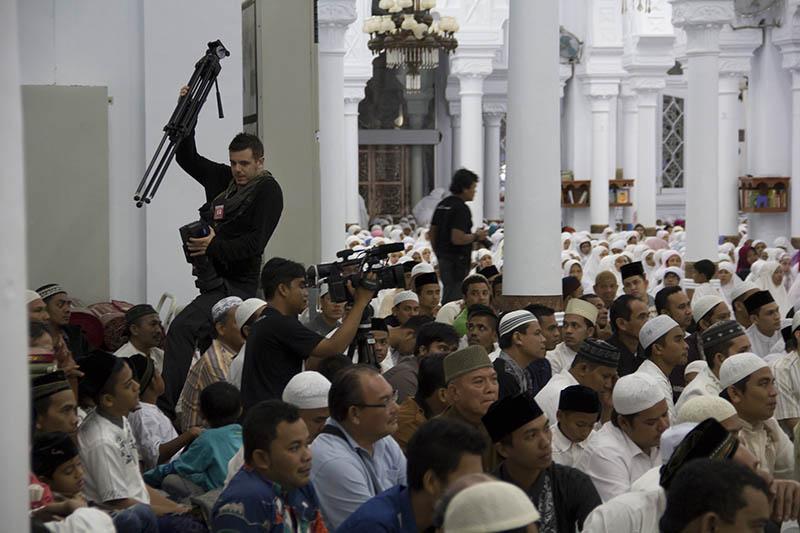 Kesibukan wartawan asing meliput acara zikir di Masjid Raya Baiturrahman (Foto M Iqbal/SeputarAceh.com)