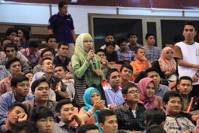 Mahasiswa bertanya di program pelatihan jurnalistik (Foto M Iqbal/SeputarAceh.com)
