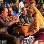 Penari menyuguhkan ranup kepada duta besar negara (Foto M Iqbal/SeputarAceh.com)