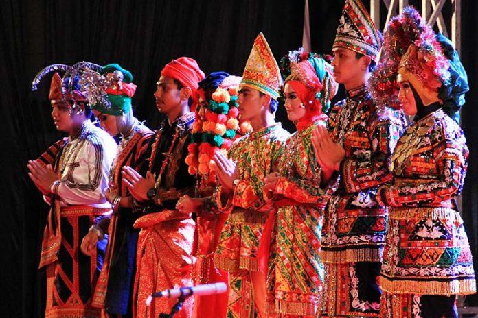 Sejumlah talent menampilkan pakaian adat dari Gayo Lues, Bener Meriah, Aceh Tenggara, Aceh Tengah di acara Gayo Art Summit 2014 (Foto M Iqbal/SeputarAceh.com)