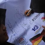 Peserta pawai membubuhkan tanda tangan sebagai Hari Kepedulian Internasional acara #2612CareDay (Foto M Iqbal/SeputarAceh.com)
