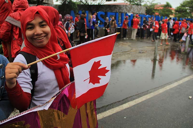 Peserta pawai memegang bendera negara Kanada di acara #2612CareDay (Foto M Iqbal/SeputarAceh.com)