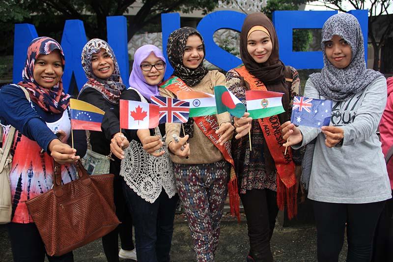 Putri Kopi Indonesia dan Putri Pariwisata Indonesia memegang bendera beberapa negara di dunia acara #2612CareDay (Foto M Iqbal/SeputarAceh.com)