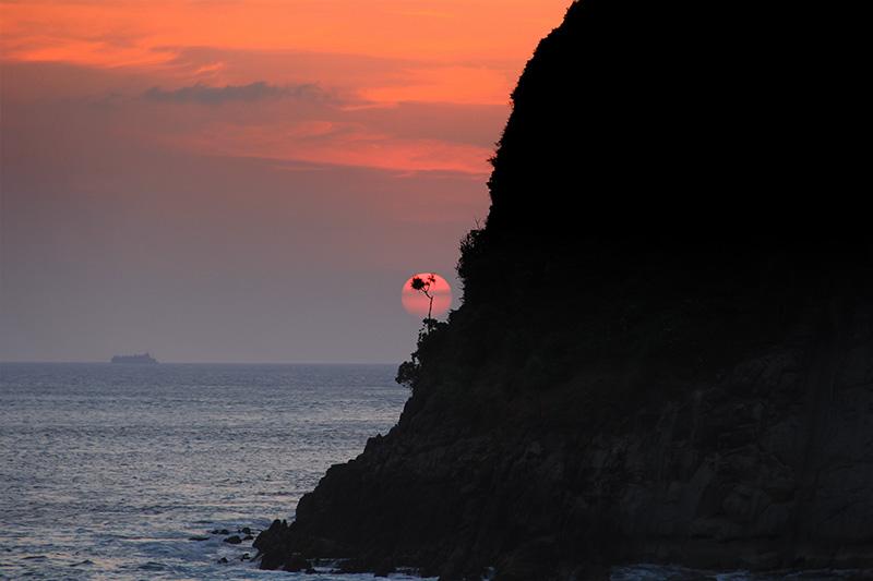 Menikmati sunset di Pulau Batee (Foto M Iqbal/SeputarAceh.com)