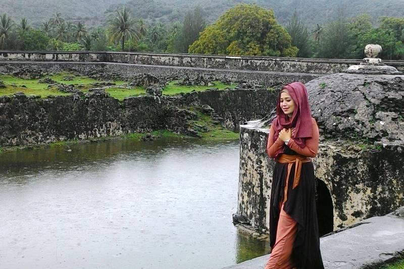 Nong Niken Astri di salah satu tempat wisata sejarah di video klip Hijrah (Foto IST)