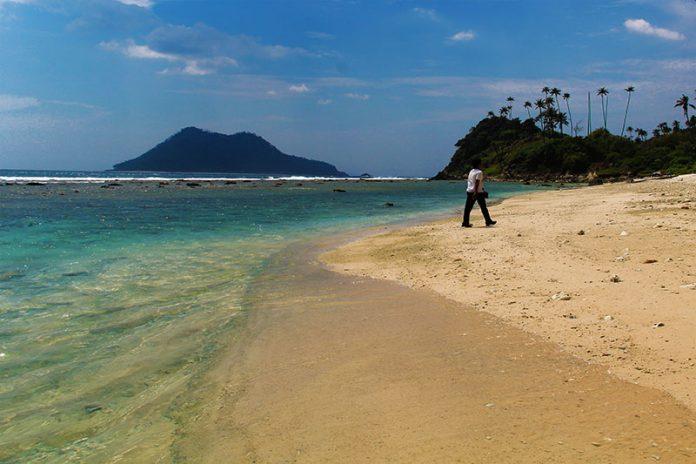 Wisatawan menikmati keindahan pantai Pulau Batee (Foto M Iqbal/SeputarAceh.com)
