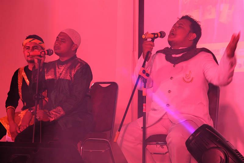 Kolaborasi Joel Pasee dengan Tangke Band membawakan lagu 'Nyawong-Bungong Nanggroe' di gedung Sultan Selim (Foto M Iqbal/SeputarAceh.com)
