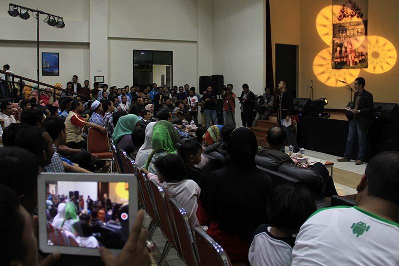 Lelang VCD album Meleuha Tangke Band terjual 1,6 Juta rupiah di gedung ACC Sultan Selim Banda Aceh (Foto M Iqbal/SeputarAceh.com)