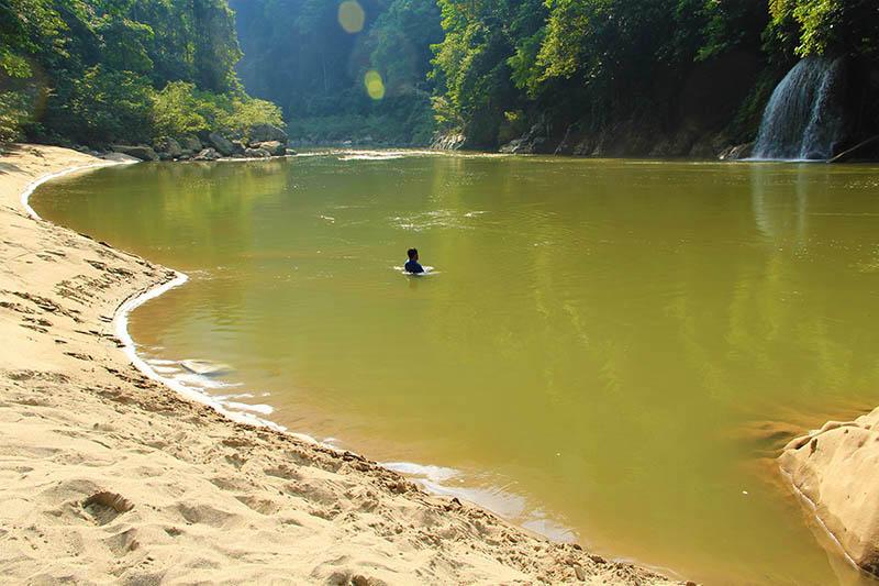 Menikmati Krueng Teunom sambil melihat air terjun, ceuraceu eumbon (Foto M Iqbal/SeputarAceh.com)
