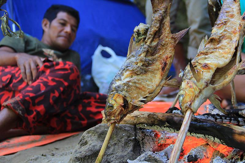 Menyantap ikan kerling bakar di Krueng Teunom (Foto M Iqbal/SeputarAceh.com)