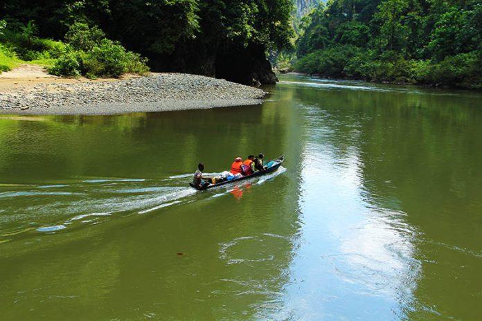 Pawang boat melewati krueng Teunom (Foto Iqbal/SeputarAceh.com)