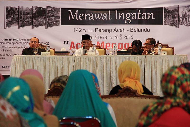 Pemateri dari kiri, Kamaruzzaman PhD (Antropolog Aceh), Abdurrahman Kaoy (Majelis Adat Aceh) dan Zulfikar Muhammad (Koalisi NGO HAM Aceh) memberikan materi seminar sejarah acara 142 Tahun Perang Aceh-Belanda (Foto M Iqbal/SeputarAceh.com)