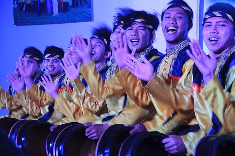 Penampilan Tari Rapa-i geleng oleh Sanggar Seni Seulaweut acara launching album Tangke Band (Foto M Iqbal/SeputarAceh.com)