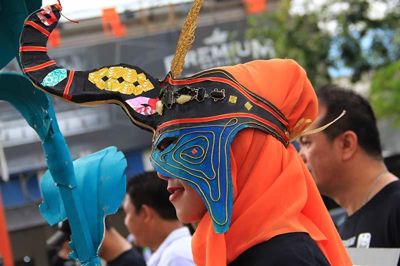 Peserta memakai atribut topeng dalam parade gajah (Foto M Iqbal/SeputarAceh.com)