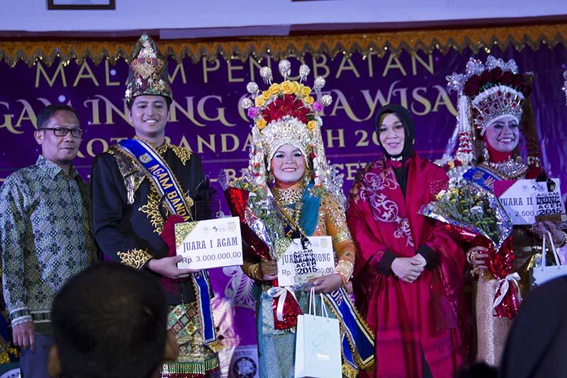 Agam Inong Juara I berfoto bersama Disbudpar kota dan Ibu Walikota Banda Aceh (Foto M Iqbal/SeputarAceh.com)