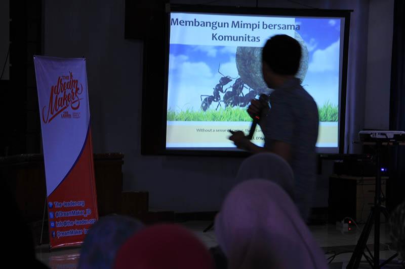 CEO Nutrifood, Mardi Wu saling berbagi informasi acara Dream Maker Camp di Aula Rumoh PMI Banda Aceh (Foto M Iqbal/SeputarAceh.com)