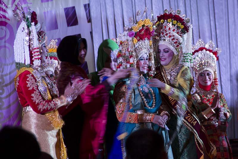 Ibu Walikota menyematkan selempang Inong Juara I Kota Banda Aceh (Foto M Iqbal/SeputarAceh.com)