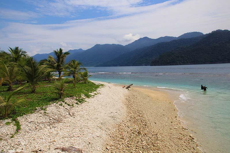 Keindahan pantai Pulau Keluang dikelilingi gunung gurutee, Aceh Jaya (Foto M Iqbal/SeputarAceh.com)