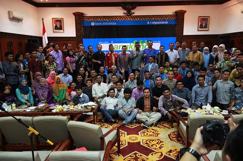 Para peserta foto bersama usai acara Kompasiana Nangkring Non Tunai di Aula Bank Indonesia, Banda Aceh (Foto M Iqbal/SeputarAceh.com)