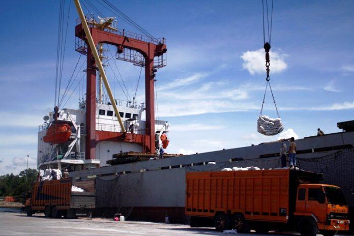 Aktivitas bongkar beras kapal pembawa beras Bulog di Pelabuhan Krung Geukuh