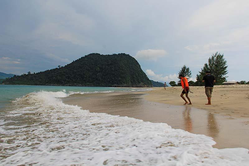 Pengunjung berjalan di pantai Pulau Sudheun, Aceh Jaya (Foto M Iqbal/SeputarAceh.com)