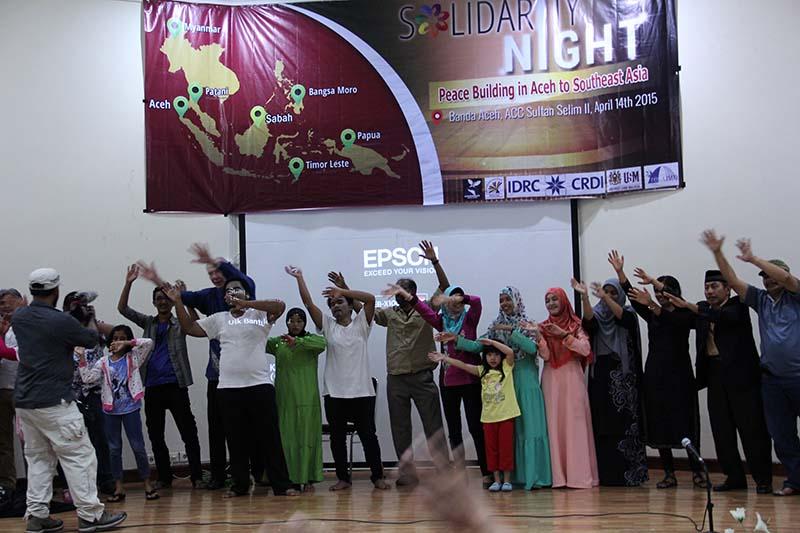 Perwakilan dari berbagai lembaga menyanyikan lagu 'Heal The World' acara Solidarity Night di Gedung ACC Sultan Selim II Banda Aceh (Foto M Iqbal/SeputarAceh.com)