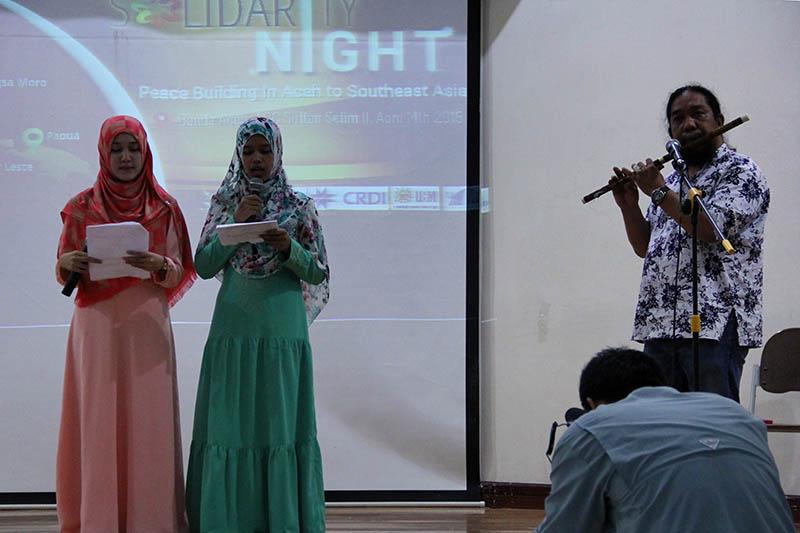 Qonita dan Arina mahasiswa dari Patani, Thailand membacakan puisi tentang konflik di daerah mereka acara Solidarity Night di Gedung ACC Sultan Selim II Banda Aceh (Foto M Iqbal/SeputarAceh.com)