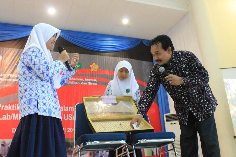 Rektor UIN Ar Raniry bermain titik koordinat kartesius bersama siswa MIN Rukoh (Foto IST)