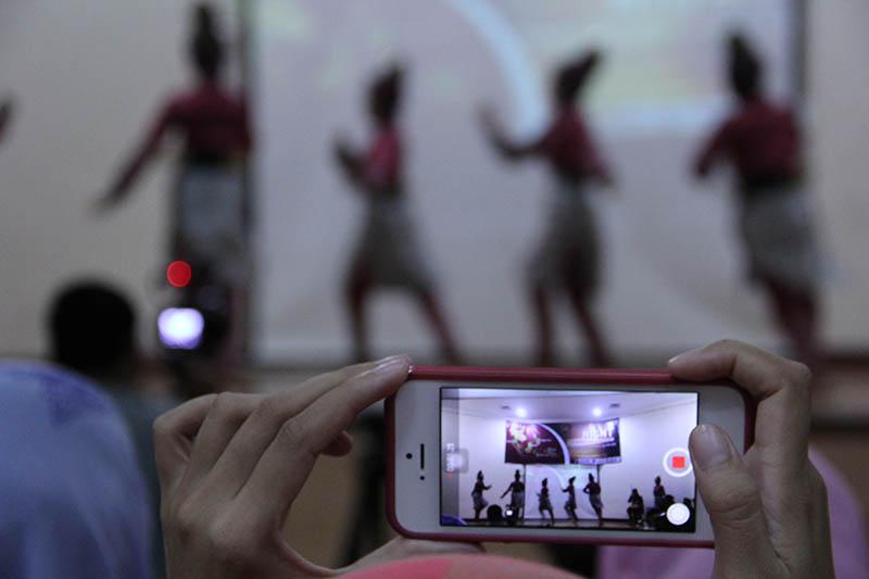 Sanggar UKM Putroe Phang membawakan Tari Gigih acara Solidarity Night di Gedung ACC Sultan Selim II Banda Aceh (Foto M Iqbal/SeputarAceh.com)