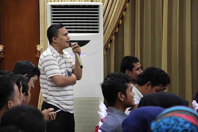 Seorang blogger Aceh menanyakan beberapa pertanyaan kepada pemateri acara Kompasiana Nangkring Non Tunai di Aula Bank Indonesia, Banda Aceh (Foto M Iqbal/SeputarAcech.com)