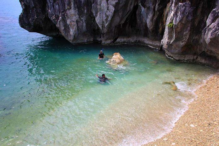 Traveler melakukan snorkling di pantai Pulau Keluang, Aceh Jaya (Foto M Iqbal/SeputarAceh.com)