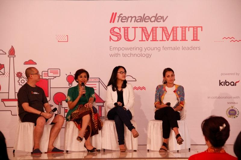 Yansen Kamto (Chief Executive KIBAR), Syanti Wahyu (Dentist), Atimas Nurachmad (Technical Account Manager Microsoft), dan Karina Akib (Strategic Partner Manager & Channel Partnership Google) di FemaleDev Summit 2015