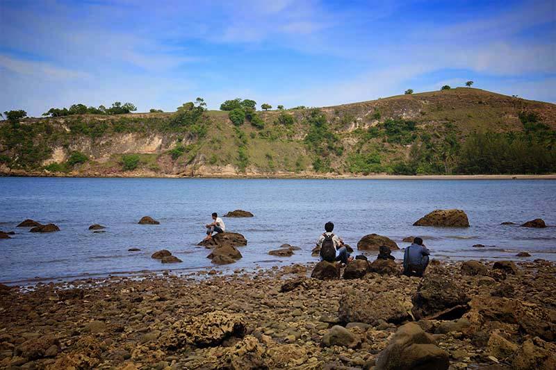 Pengunjung menikmati pantai Ujung Batee Kapai Amat Ramanyang, Aceh Besar (Foto M Iqbal/SeputarAceh.com)