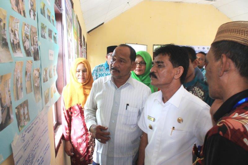 Bupati Aceh Utara menyaksikan pajangan kegiatan sekolah (Foto IST)