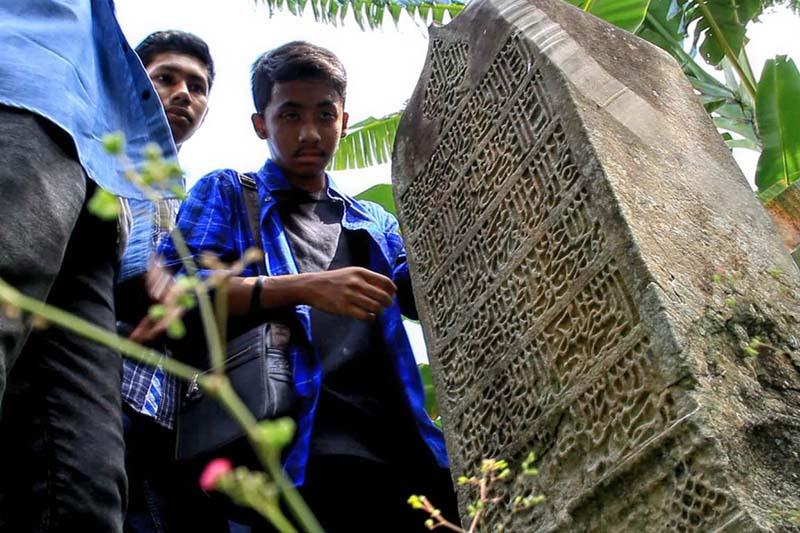 Para peserta sangat antusias melihat inskripsi batu nisan di gampong Pango Raya, Ulee Kareng Banda Aceh (Foto M Iqbal/SeputarAceh.com)
