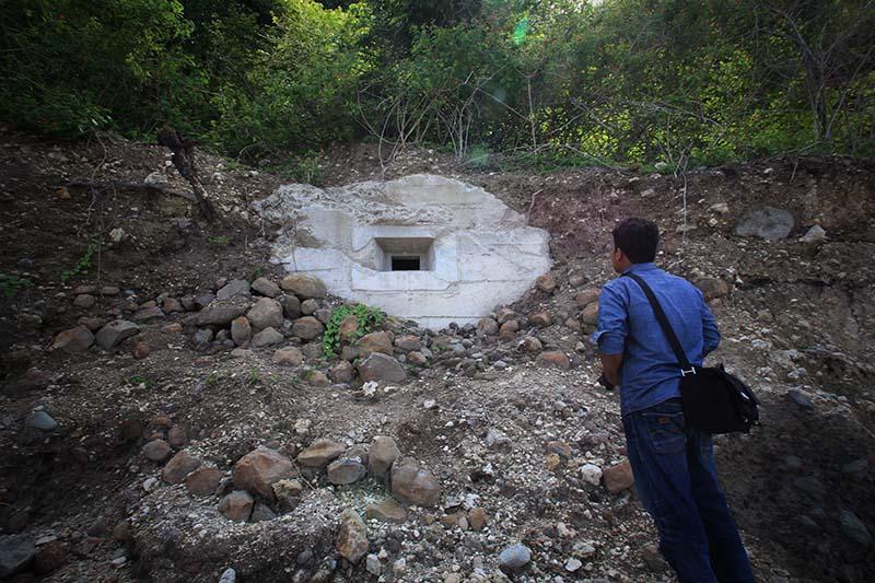 Warga melihat peninggalan bunker Jepang di seputaran pantai Ujung Batee Kapai Amat Ramanyang (Foto M Iqbal/SeputarAceh.com)