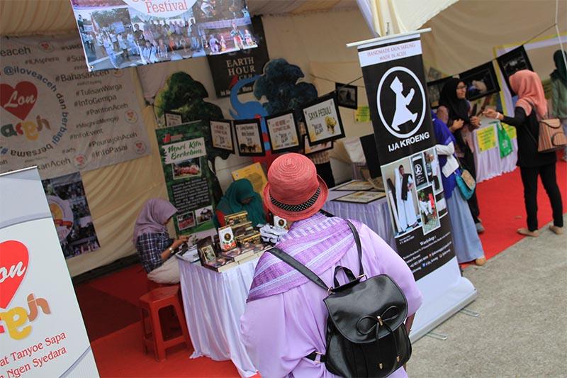 Wisatawan ikut melihat-lihat koleksi stand lintas komunitas di Festival Kota Hijau Banda Aceh (Foto M Iqbal/SeputarAceh.com)