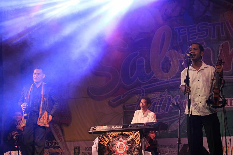 Dewan Kesenian Lhokseumawe tampil membawakan musik perpaduan jazz dan musik etnik Aceh acara Festival Sabang Fair (Foto M Iqbal/SeputarAceh.com)