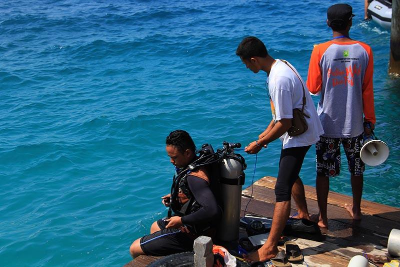 Peserta dive akan melakukan Orientasi Bawah Air (OBA) di Pulau Weh Dive Festival di pantai Gapang, Sabang (Foto M Iqbal/SeputarAceh.com)