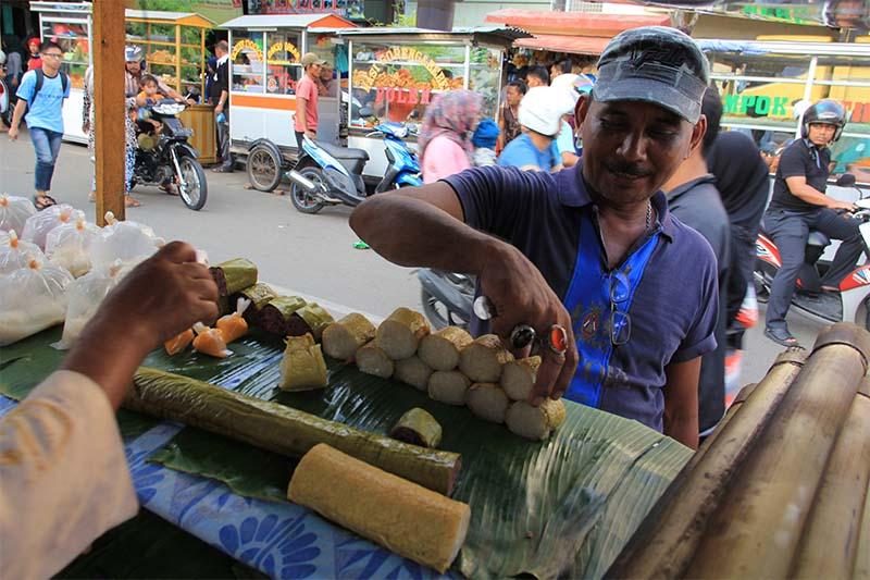 Seorang pembeli sedang memilih lemang untuk penganan berbuka puasa selama Ramadhan (Foto M Iqbal/SeputarAceh.com)