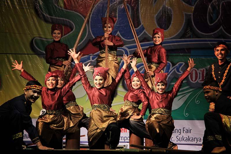 Tari Leusong Meudoda dari Bireuen tampil di pentas utama Festival Sabang Fair (Foto M Iqbal/SeputarAceh.com)