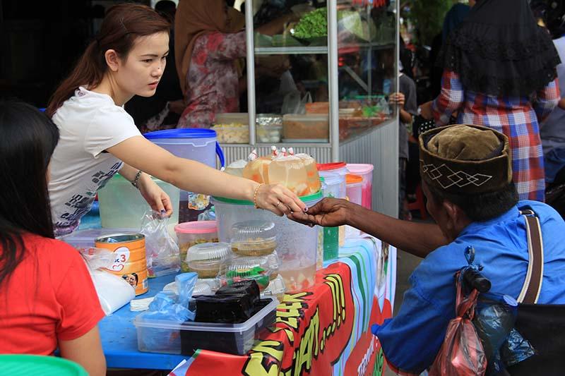 Warga etnis Tionghoa juga berjualan di jajanan kuliner Ramadhan, Peunayong, Banda Aceh (Foto M Iqbal/SeputarAceh.com)