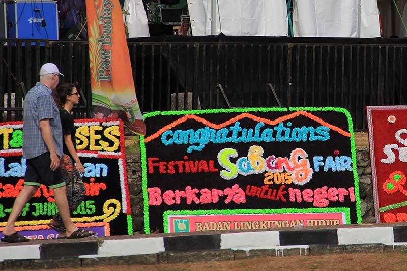 Wisatawan melewati arena Festival Sabang Fair (Foto M Iqbal/SeputarAceh.com)